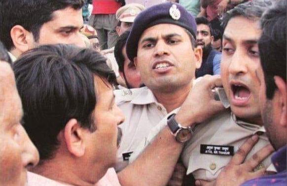 मुख्यमंत्री अरविंद केजरीवाल के गाड़ी पर गुंडो ने किया हमला, दिखा BJP का झंडा-100-goons-with-bjp-flags-attacked-on-car-of-delhi-cm-arvind-kejriwal-indinews-