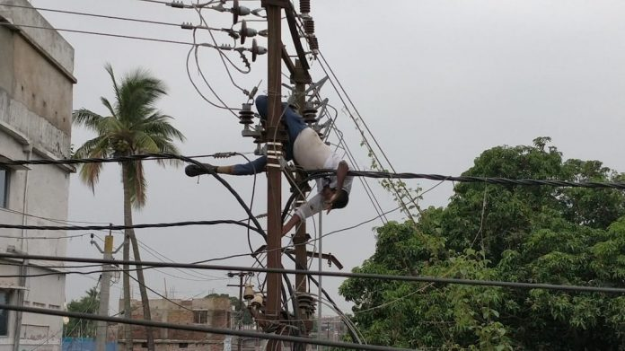 Electrical Transformers-purnia-news-sipahi tola-police-trainee-attempted-suicide-transformer-IndiNews